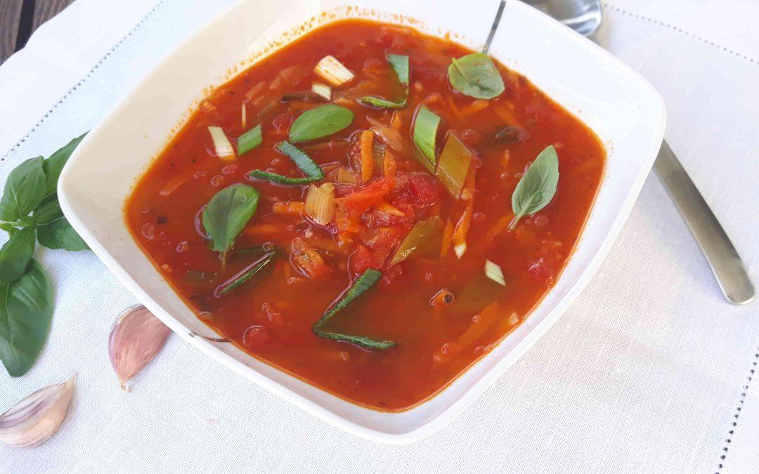 Wegańska zupa pomidorowa z pieczoną papryką i porem