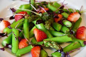 szparagi, truskawki, glutation, fitozwiązki, dieta odchudzająca, detoks