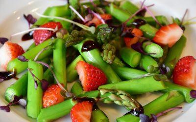 Niskokaloryczna sałatka ze szparagami i truskawkami
